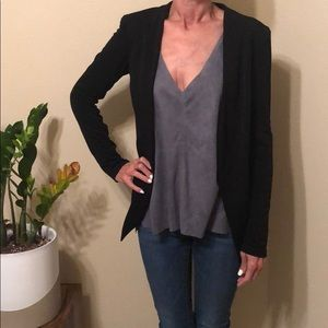 Black blazer with fitted sleeves and cropped back